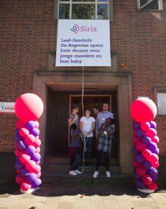 Familie Versluis en jonge moeder Carima openden leef-/leerhuis De Regentes in Gouda